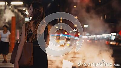 Tylny widok młoda piękna kobiety pozycja blisko crosswalk, ruch drogowy droga w Nowy Jork, Ameryka śródmieście zdjęcie wideo