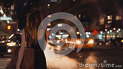 Tylny widok młoda piękna kobiety pozycja na ruch drogowy drodze w wieczór, śródmieście Nowy Jork, Ameryka zbiory wideo