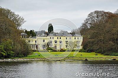 Type anglais : maison chère sur le côté du lac