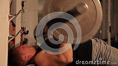 Type musculaire de bodybuilder faisant des exercices soulève la barre banque de vidéos
