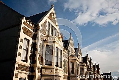 Typische Engelse huizen, blauwe hemel.