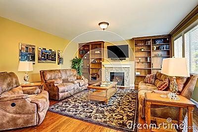 Typisches Amerikanisches Wohnzimmer Mit Brauner Couch Und Kamin ... Kamin In Der Wand Amerikanisch