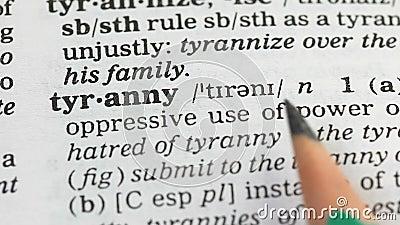 Tyrannie, définition en dictionnaire anglais, utilisation inadéquate de puissance, violence banque de vidéos