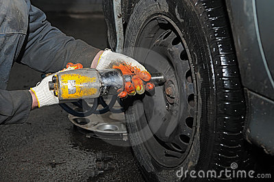 Tyre fitting repair with air compressed wrench