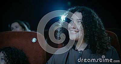 Uśmiechnięta matka w kinie zdjęcie wideo