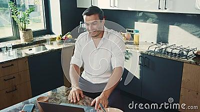 Uśmiechnięty mężczyzny dopatrywania wideo na komputerze w domu Biznesowy mężczyzna dostaje dobre wieści zbiory