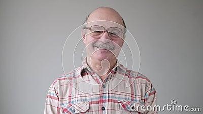 Uśmiechnięty, przypadkowy, latynoski mężczyzna z okularami patrzącymi na kamerę zbiory