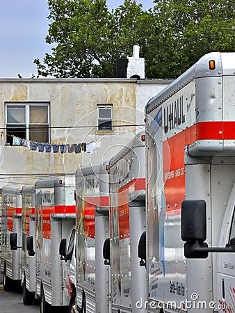 U-afstand vrachtwagens in het depot van Brooklyn klaar voor verhuizers Redactionele Fotografie
