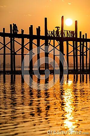 在U Bein桥梁的日落,缅甸