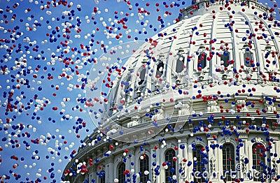 U.S. Capitol med röda, vita och blåa ballonger