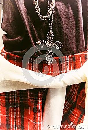 Uczy kogoś szkockiej kraty stylową spódnicę