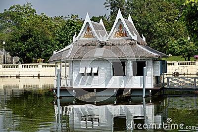 Uderzenia łódkowatego domu pa pałac królewski Thailand