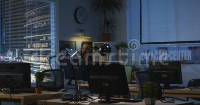 Ufficio vuoto alla notte archivi video