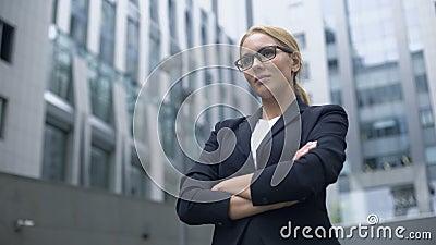 Ufna biznesowa dama bierze wyzwanie, zdecydowany i mądrze w dokonywać cel zbiory
