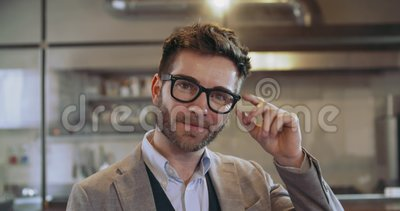 Ufny mężczyzna uśmiecha się portret z eyeglasses Korporacyjny biznesmen, freelancer, małego biznesu właściciel przy restauracją zbiory wideo