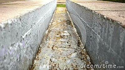 Ugo di calcestruzzo con acqua corrente, fontana moderna dell'acqua, architettura del parco video d archivio