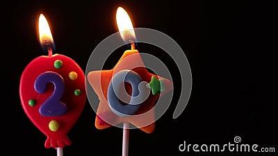 uit aan het eind omhoog aanstekend aantal 20 kaarsen en slagen stock footage