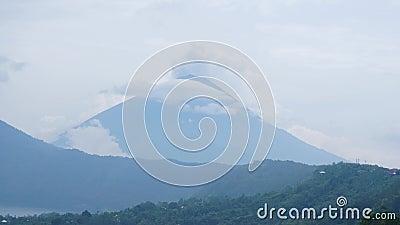 Uitbarsting van de vulkaan van bergagung in Bali, Indonesië stock video