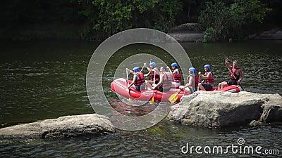 Ukraine, Pervomaisk - 03.07.2019: vorbei an Granitschnellen, Boote mit Athleten am Wasser im südlichen Bug, Ukraine stock footage