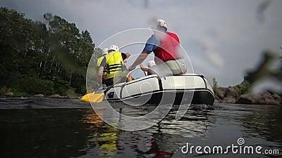 Ukraine, Pervomaisk - 03.07.2019: vorbei an Granitschnellen, Boote mit Athleten am Wasser im südlichen Bug, Ukraine stock video