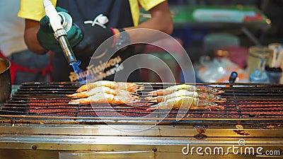 Uliczny karmowy Asia, tradycyjni azjata naczynia owoce morza garnela na grillu kucbarska grzanka ich palnik Nocy jedzenia rynek zbiory wideo