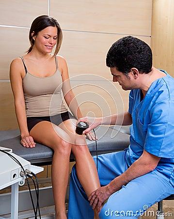 Ultraljuds- terapi bearbetar med maskin behandling manipulerar och kvinnan