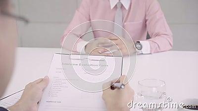 Ultrarapid - attraktiv ung asiatisk affärsman i en jobbintervju med den företags personalchefen som som läser hans CV lager videofilmer