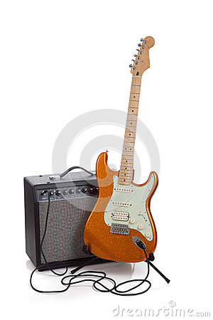 Um ampère e uma guitarra elétrica em um fundo branco