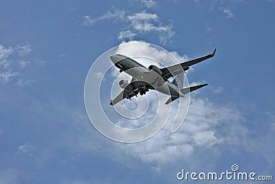 Um avião que prepara-se para aterrar