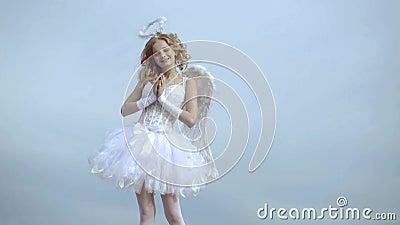 Um belo adolescente com cabelo crespo e uma proa e flecha como cupido - Dia dos Namorados Dia de São Valentim Menina adorável filme