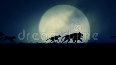 Um bloco dos lobos que correm em um fundo de aumentação da Lua cheia
