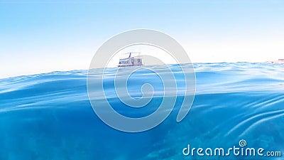 Um bote nas ondas azuis do oceano video estoque