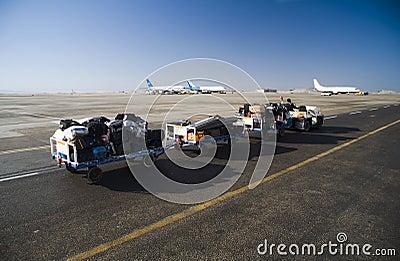 Um carro leva embora a bagagem dos passageiros do ar