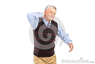 Um cavalheiro que sofre de uma dor de pescoço