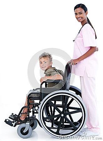 Um doutor que carreg um paciente em uma cadeira de rodas