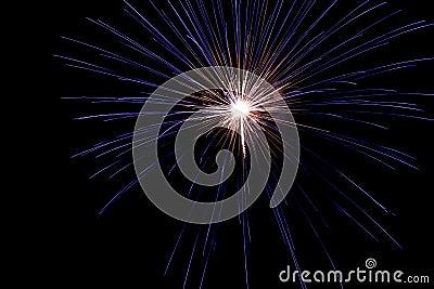 Um estouro delicado dos fogos-de-artifício no céu nocturno