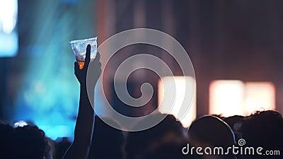 Um fã com uma bebida video estoque