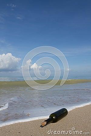 Um frasco na praia