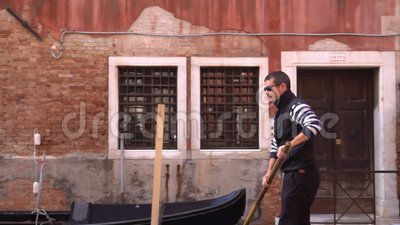 Um Gondolier pá através do Grande Canal em Veneza filme