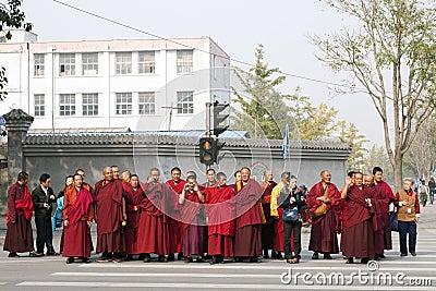 Um grupo da excursão de monges em Beijing Foto Editorial