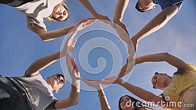 Um grupo de amigos faz um círculo a partir das palmas das mãos filme