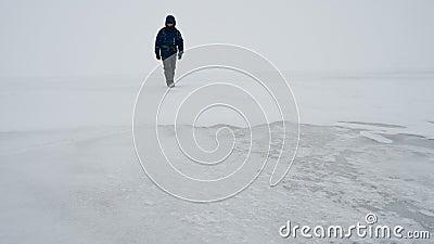 Um homem caminha numa superfície congelada de um lago filme