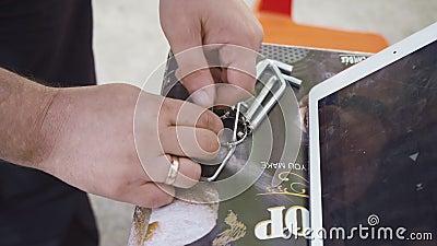 Um homem desmonta o console do jogo feche vídeos de arquivo
