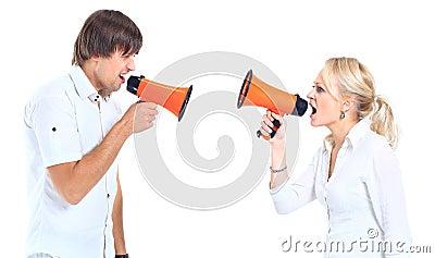 Um homem e shouting da mulher