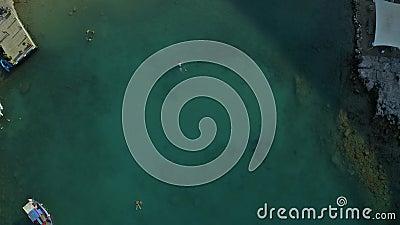 Um homem gosta de nadar relaxante no mar sozinho em águas cristalinas video estoque