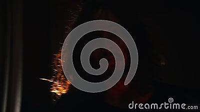 Um homem novo tímido com cabelo longo que anda ao mic na fase filme