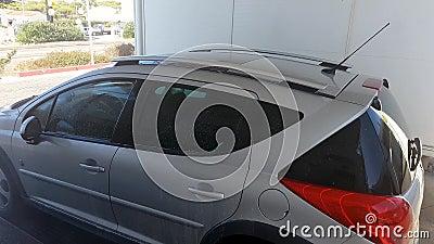 Um homem numa lavagem de carro, lava um carro sujo vídeos de arquivo