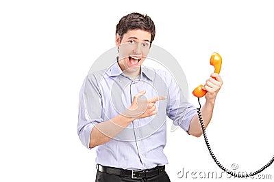 Um homem que prende um telefone e gesticular