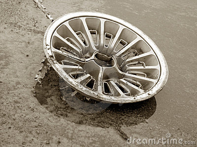 Um hubcap velho