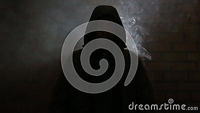 Um indivíduo novo em uma sala fumarento vídeos de arquivo